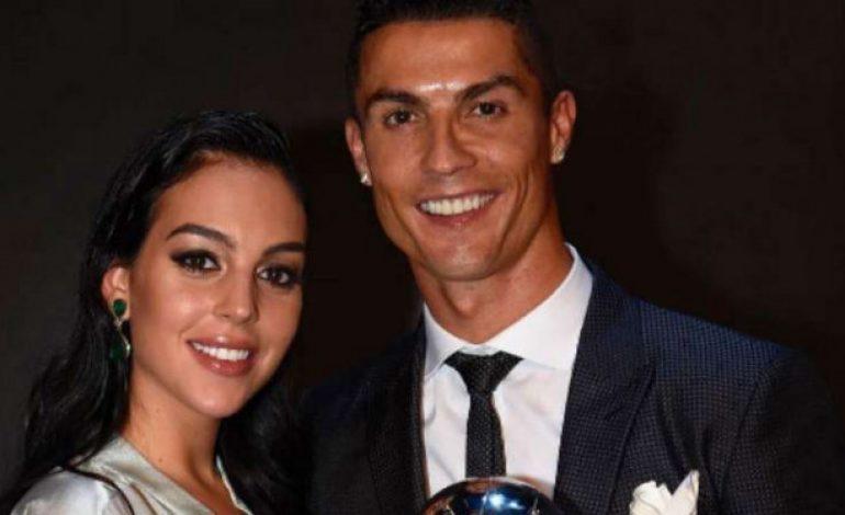 Foto Bareng, Belahan Dada Pacar Ronaldo Bikin Gagal Fokus