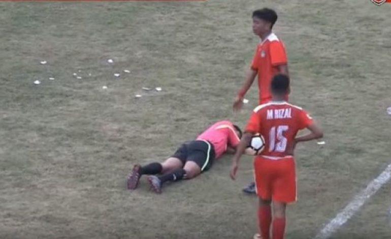 Dari Kencingi Gawang Sampai Tonjok Wasit Hingga Pingsan, Ini 5 Kejadian Memalukan di Liga Indonesia Minggu Ini