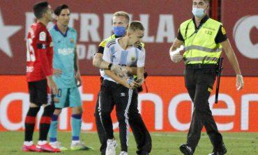 Kelabui Petugas Keamanan, Orang Ini Nyaris Peluk Lionel Messi