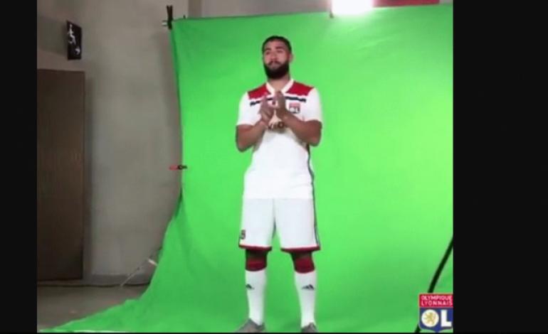 Nabil Fekir Terlihat Cemberut Ketika Sesi Pemotretan Olympique Lyon, Ada Apa?